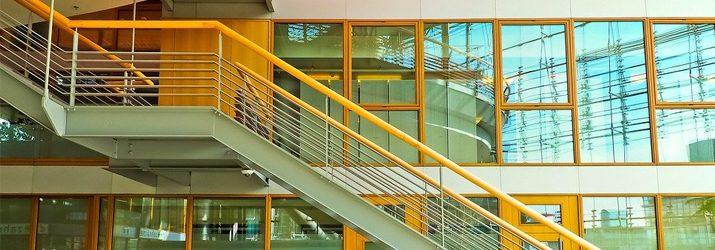 エレベーターを使わずに階段を使う